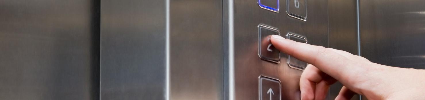 bottoniera ascensore dito